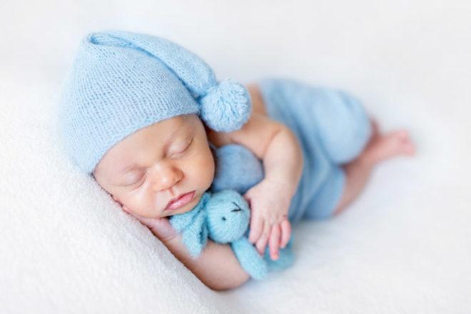 cat doarme un bebe de 2 luni ziua si cat noaptea